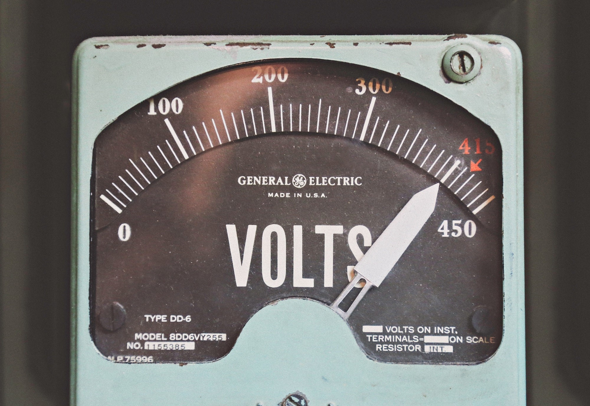 Picture of a voltmeter measuring energy